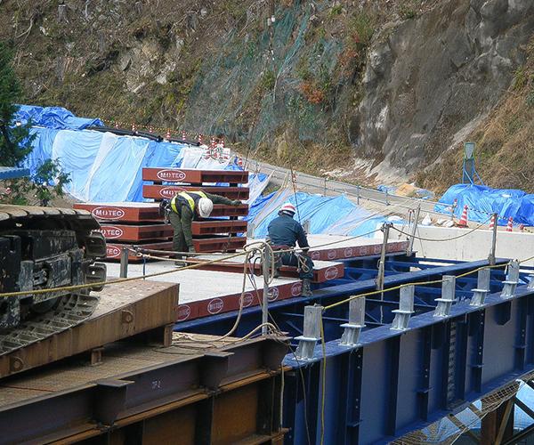 仮橋工:5.覆工板の設置1